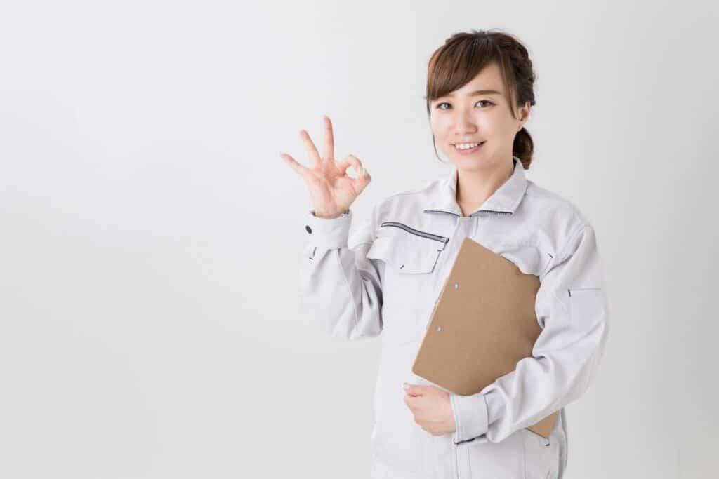 OKサインをする作業着の女性