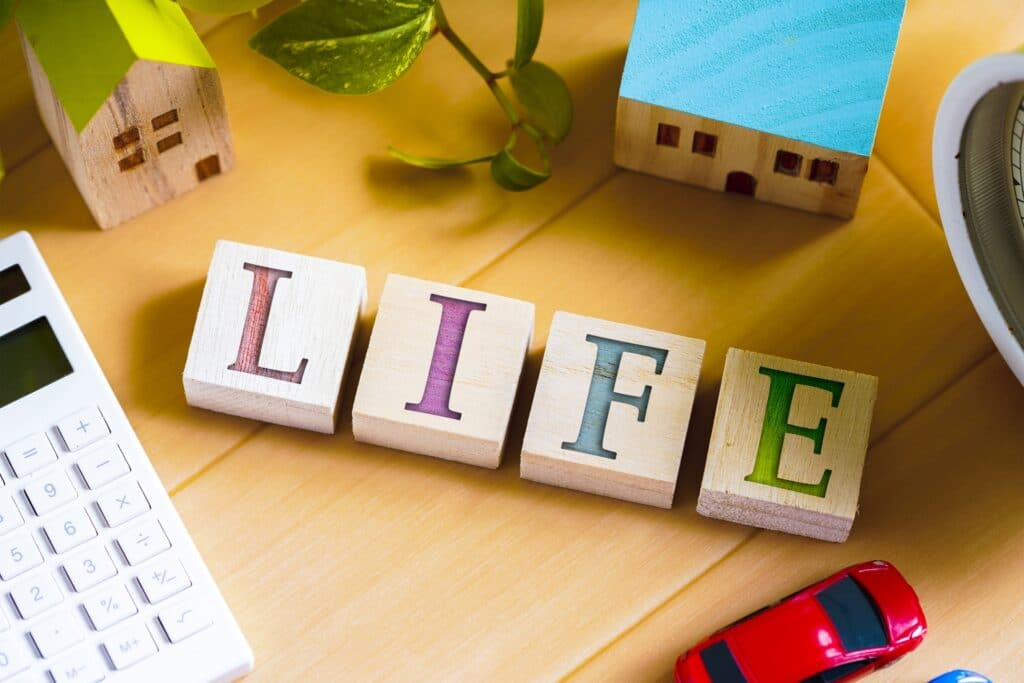 LIFEの文字、家