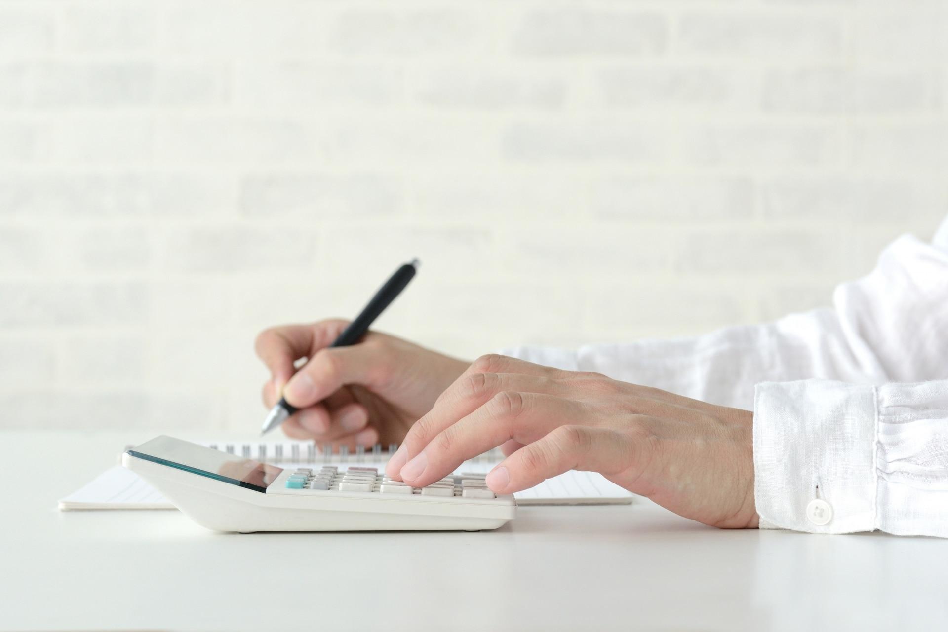 電卓で作業する女性
