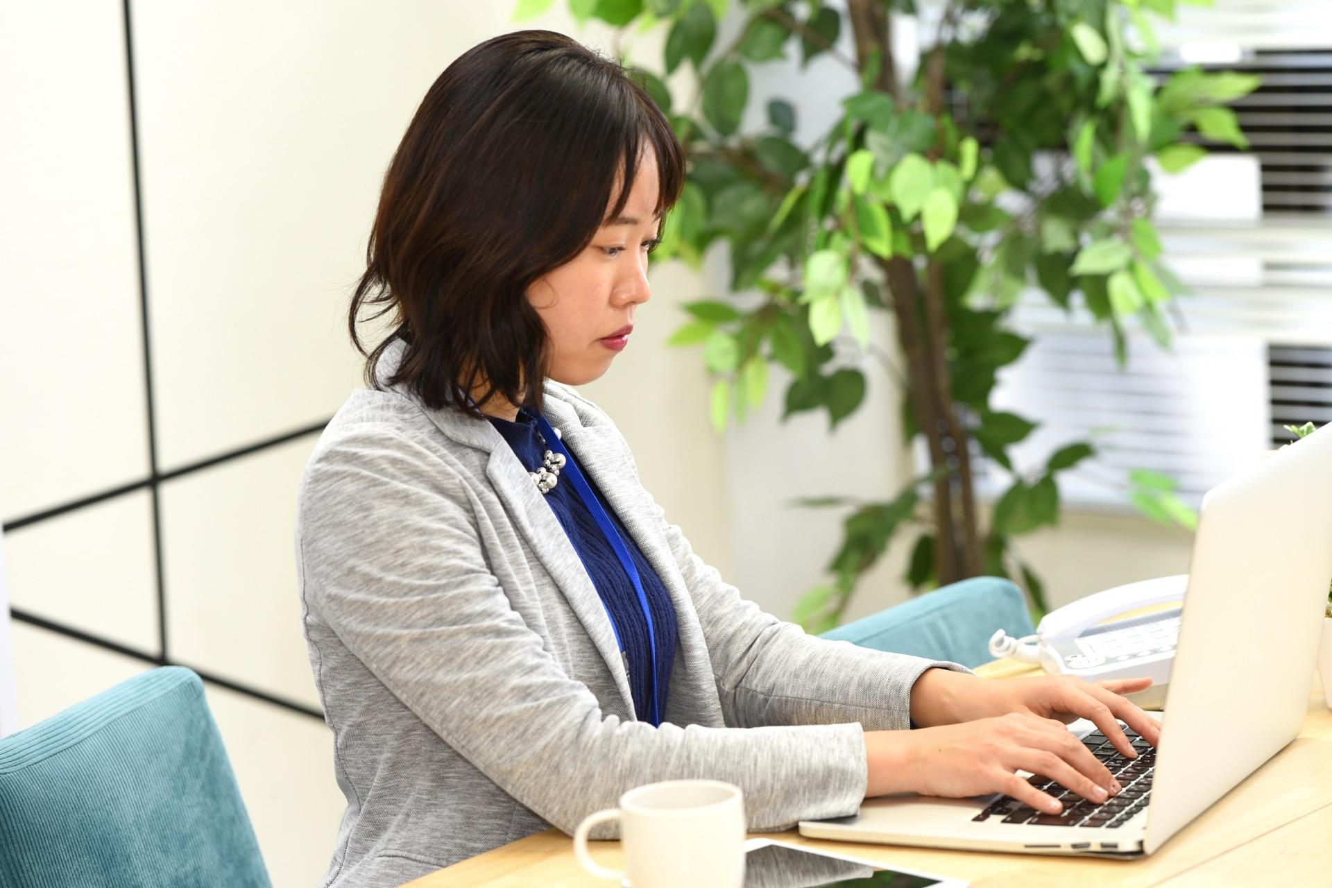 PC操作をする女性