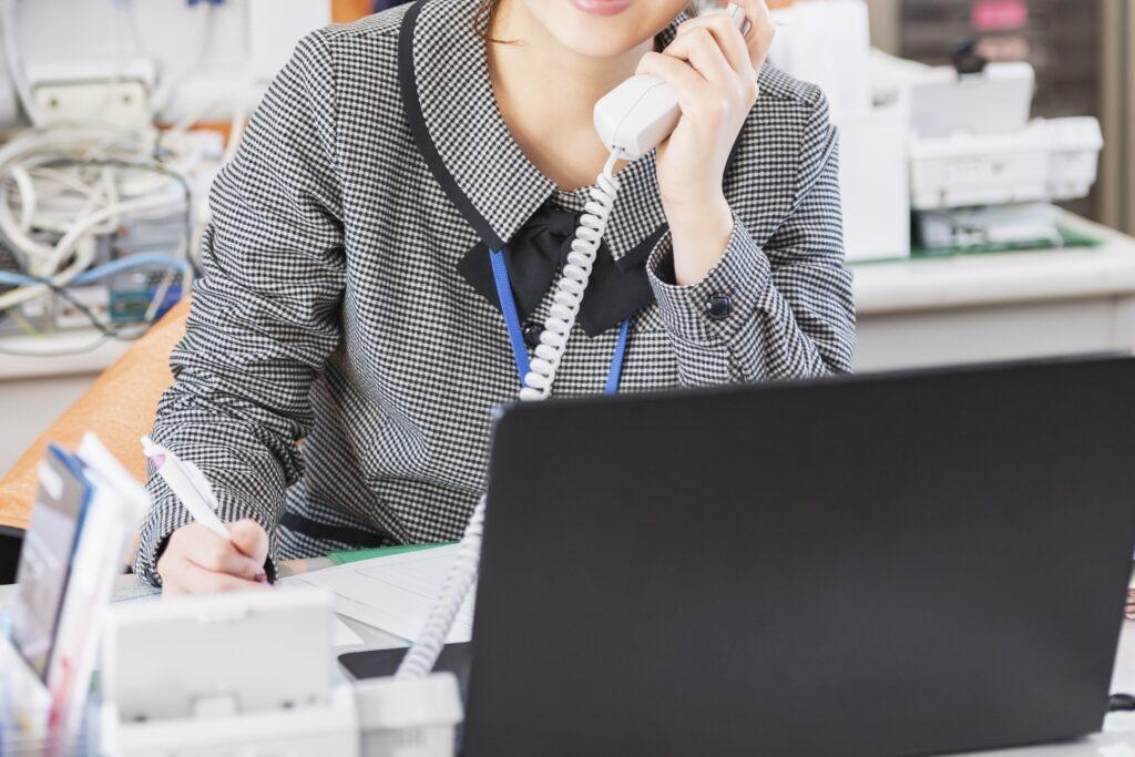 電話をする女性、ノートパソコン