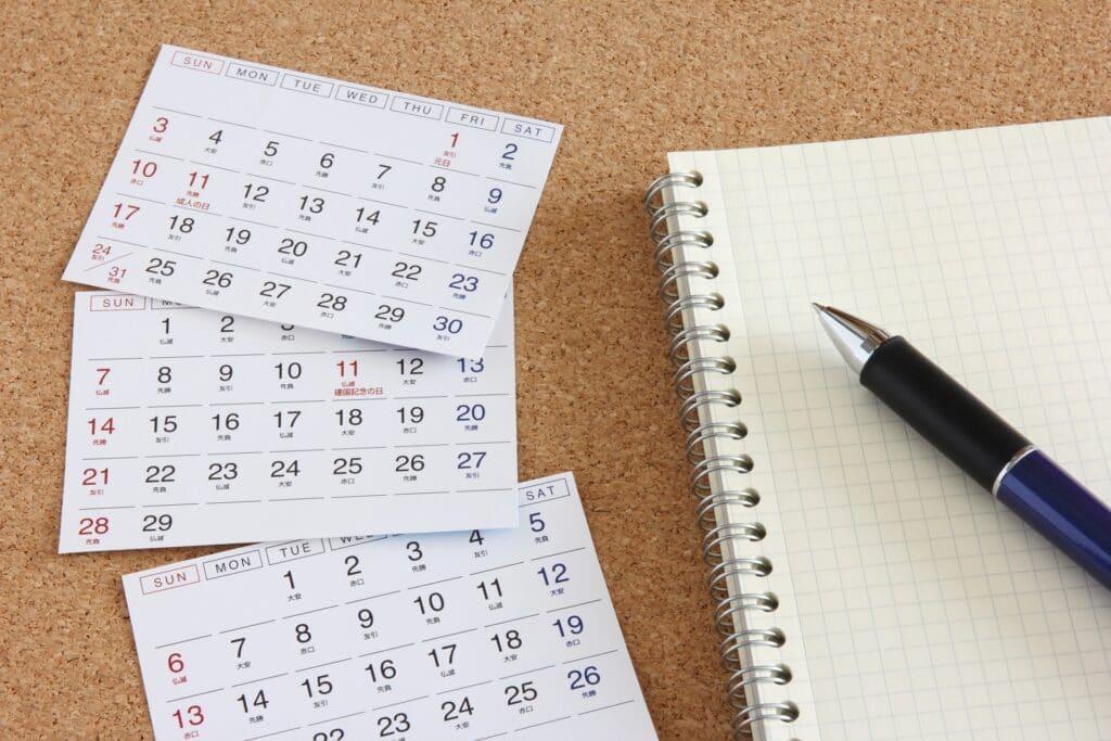 カレンダーとノートとペン