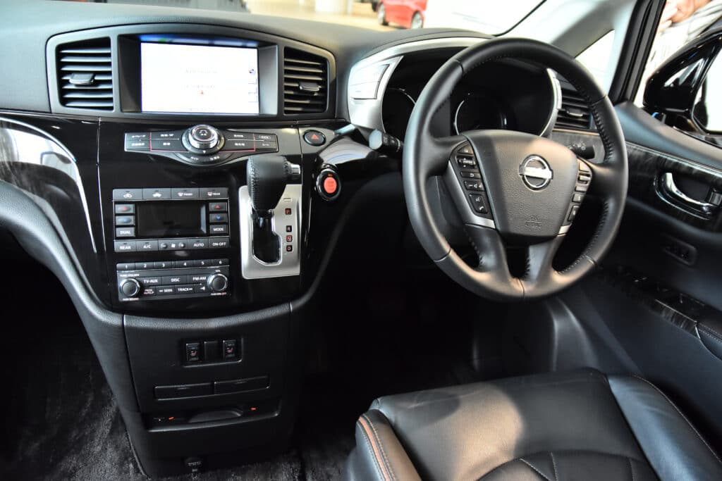 車の運転席