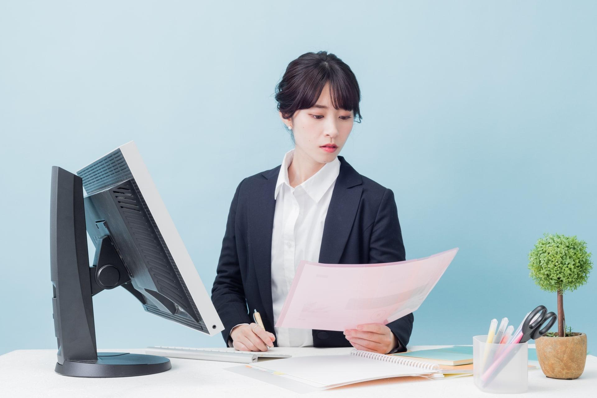 事務作業をする女性