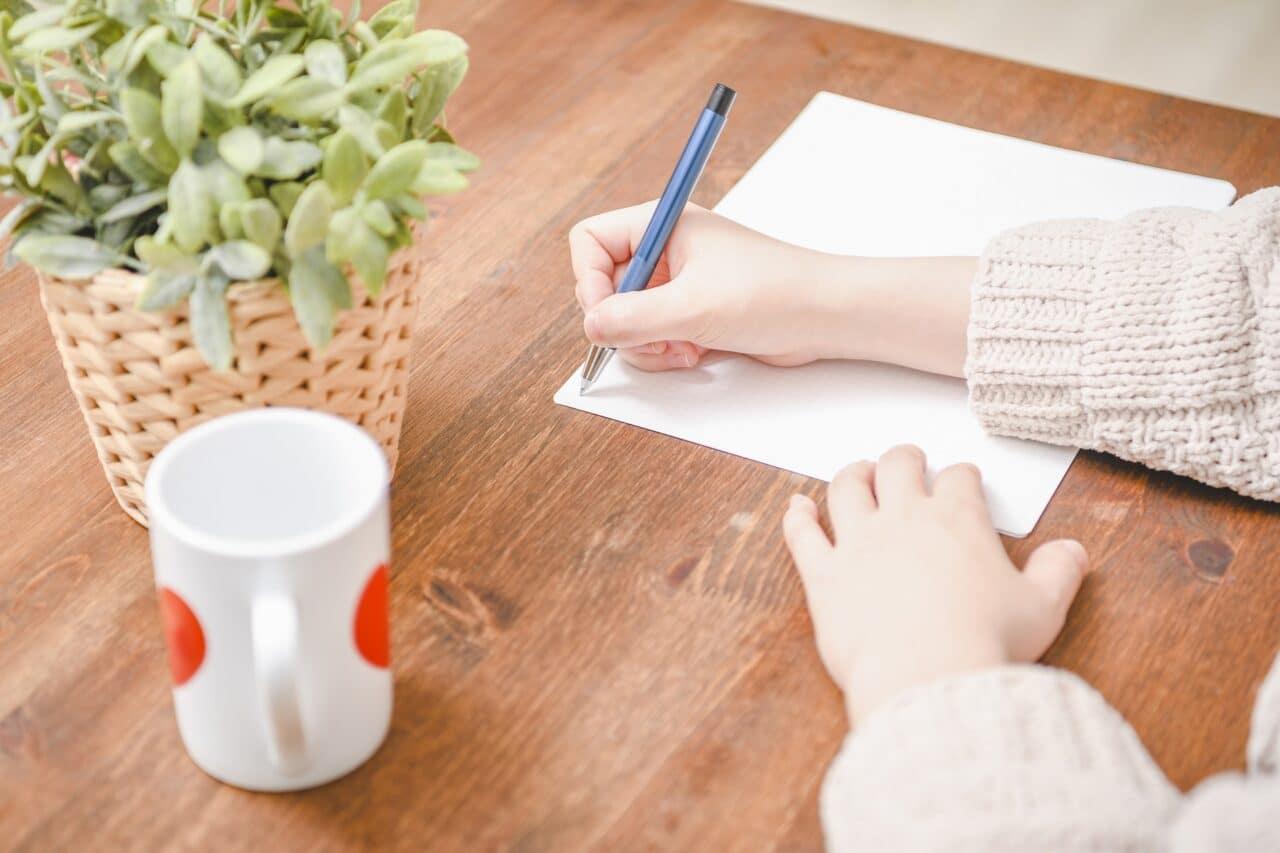 書く女性、ペン