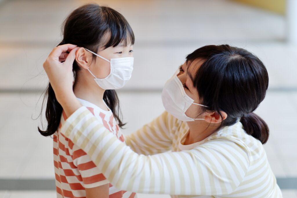 マスクをした子供と母親