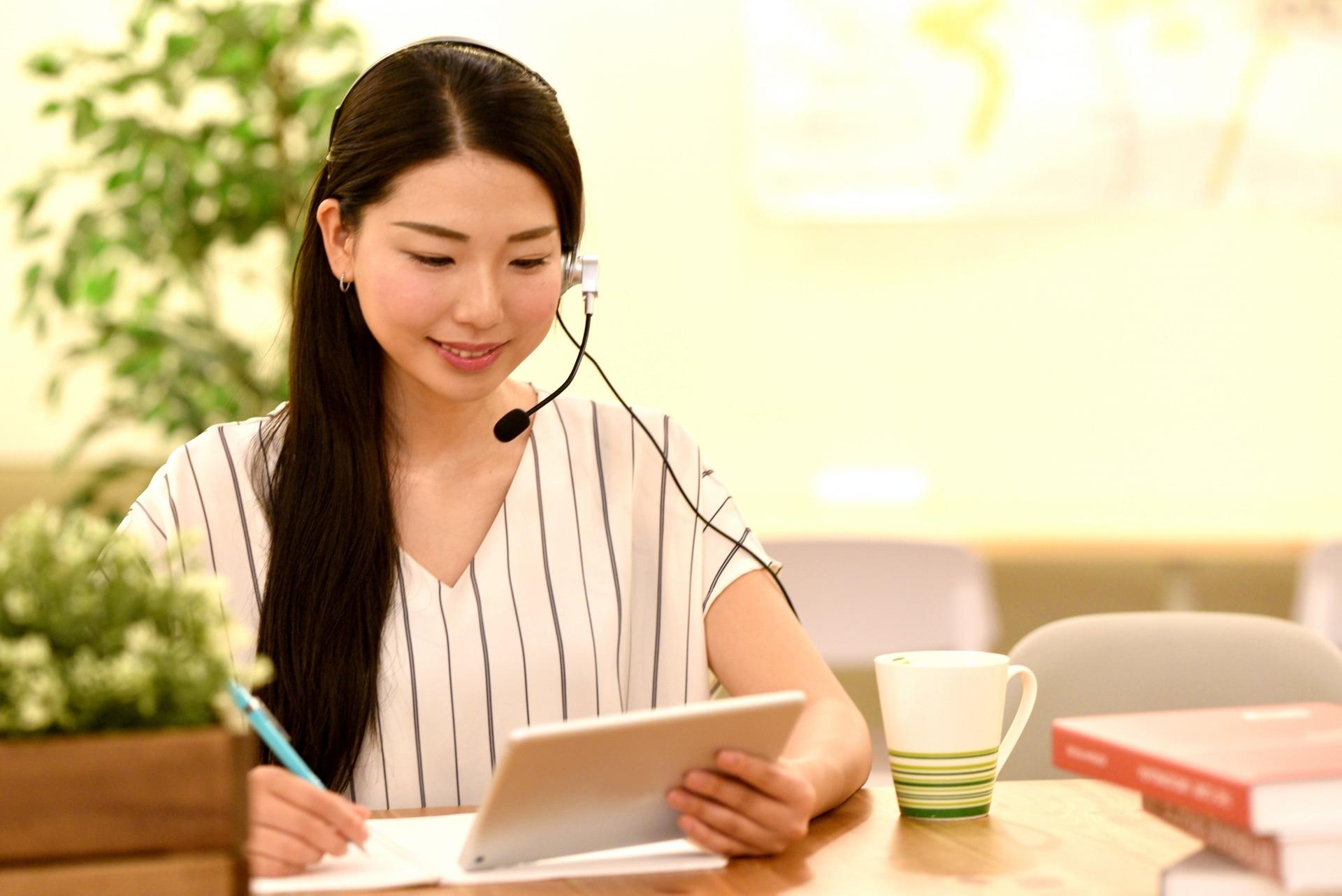 タブレットで仕事をする女性