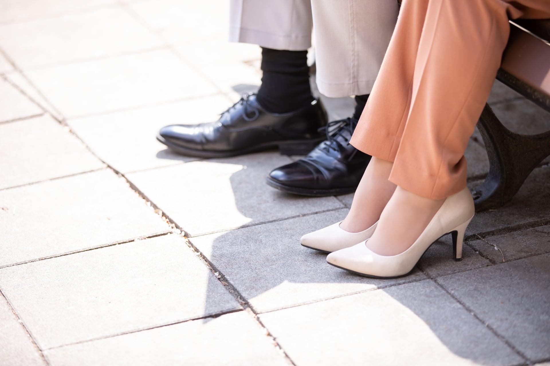 男性と女性の足元