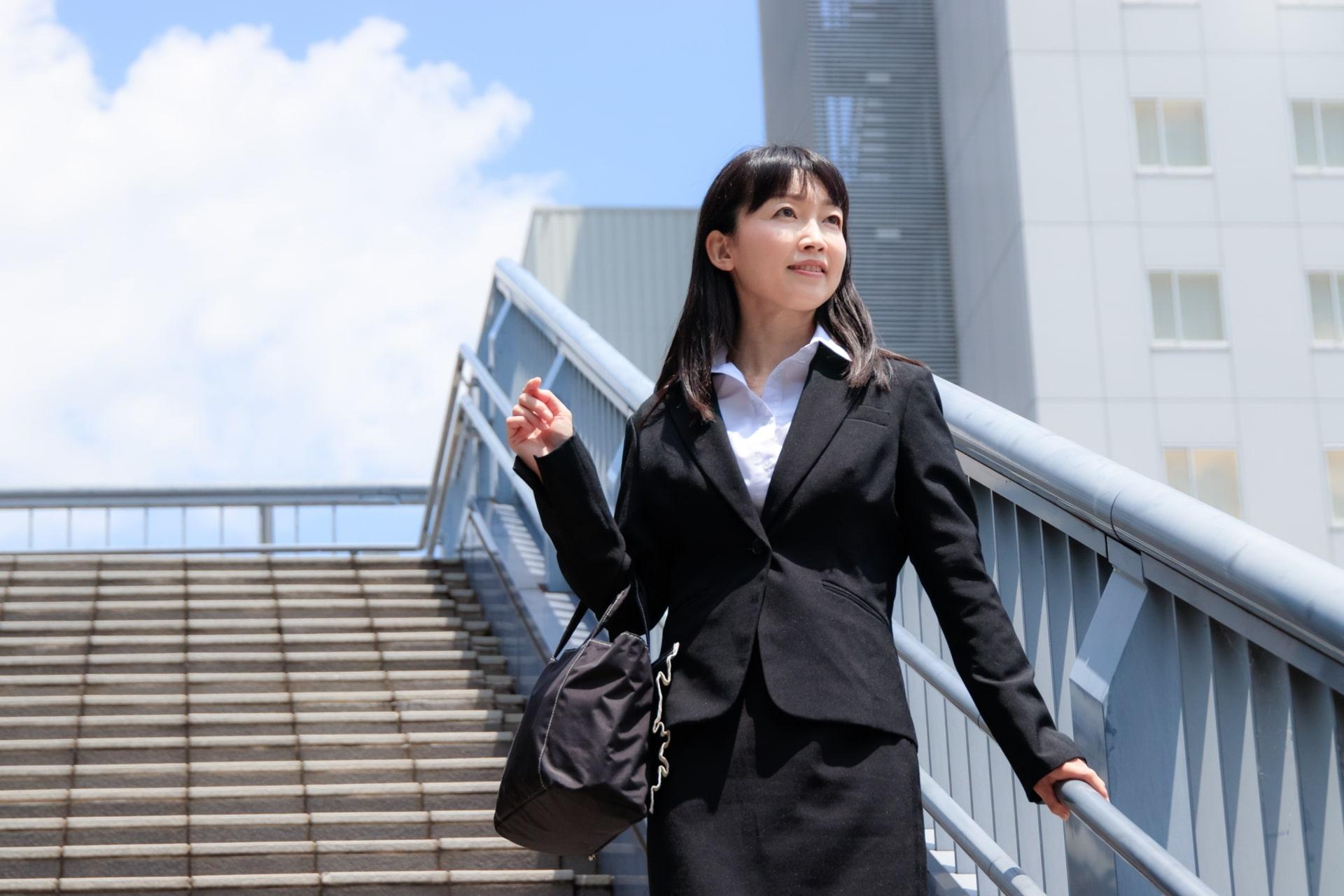 オフィス街にいる女性