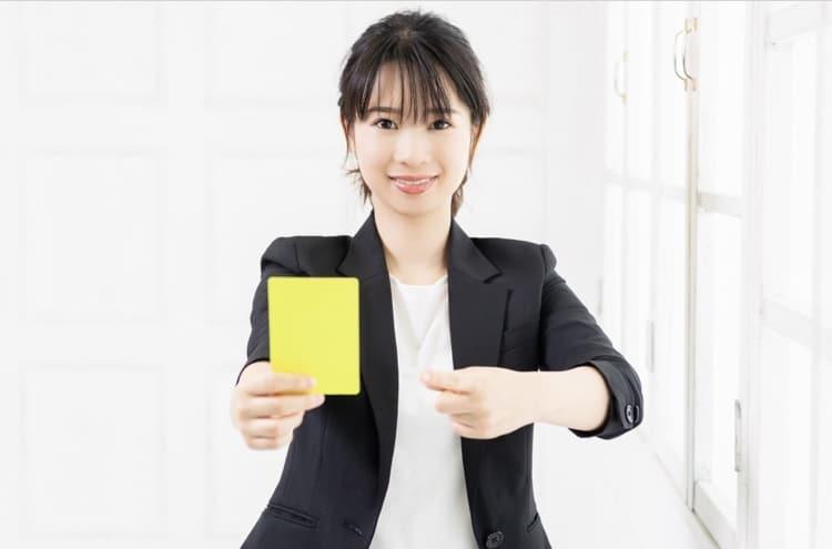イエローカードを持つ女性