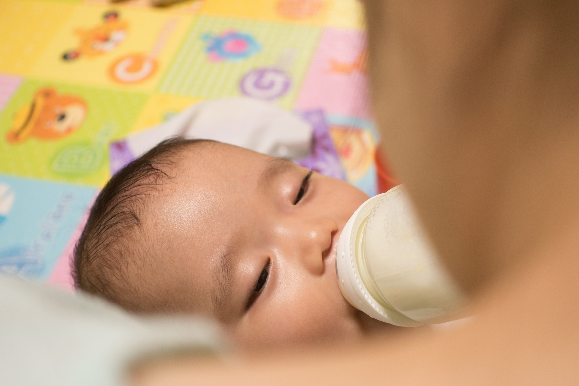 赤ちゃんにミルクをあげる女性