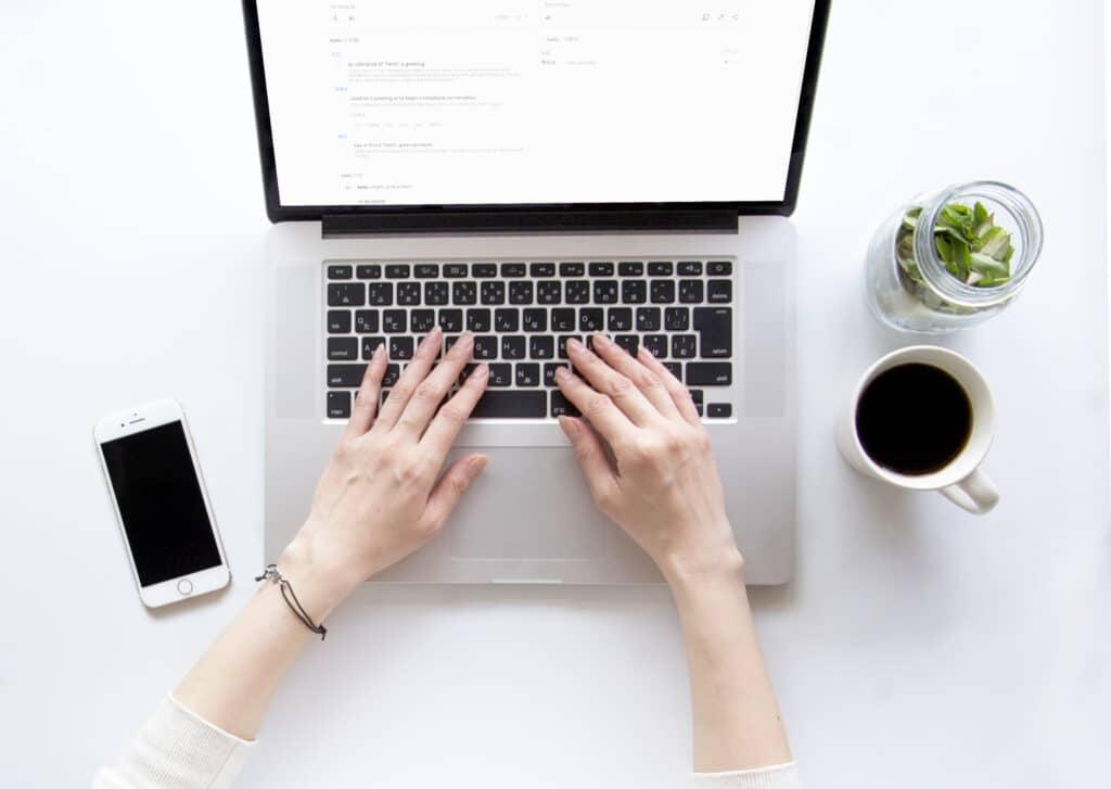パソコン、女性の手