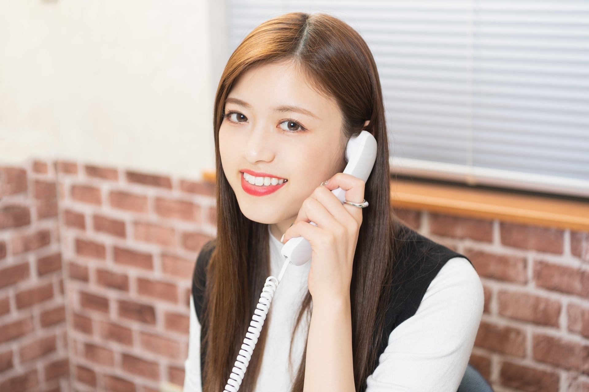 笑顔で電話対応する女性