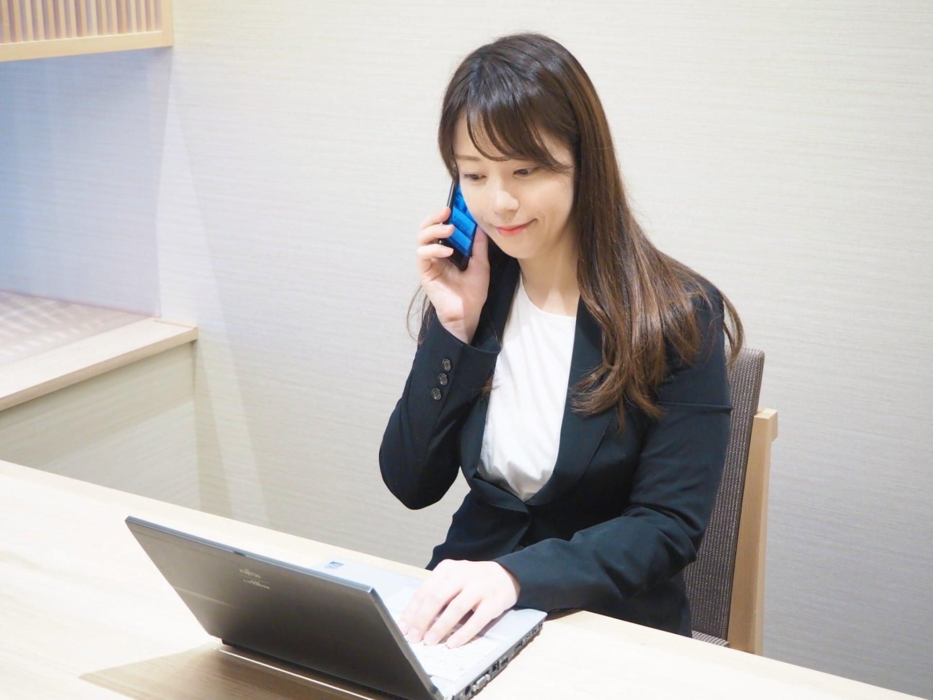 電話応対する女性の画像