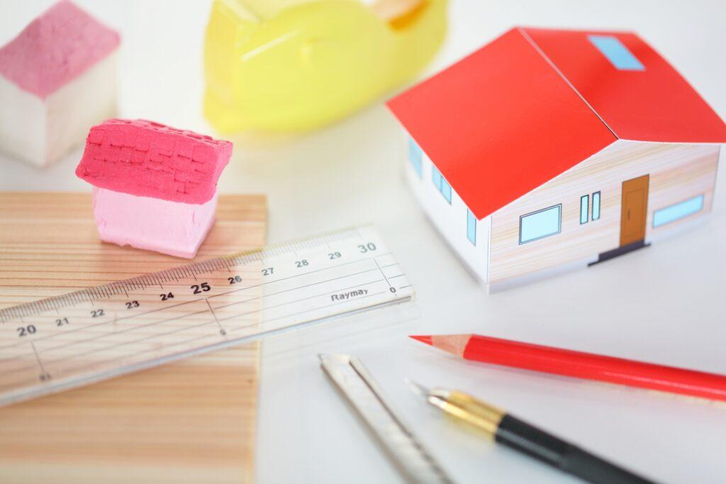 家の模型と定規、ペン