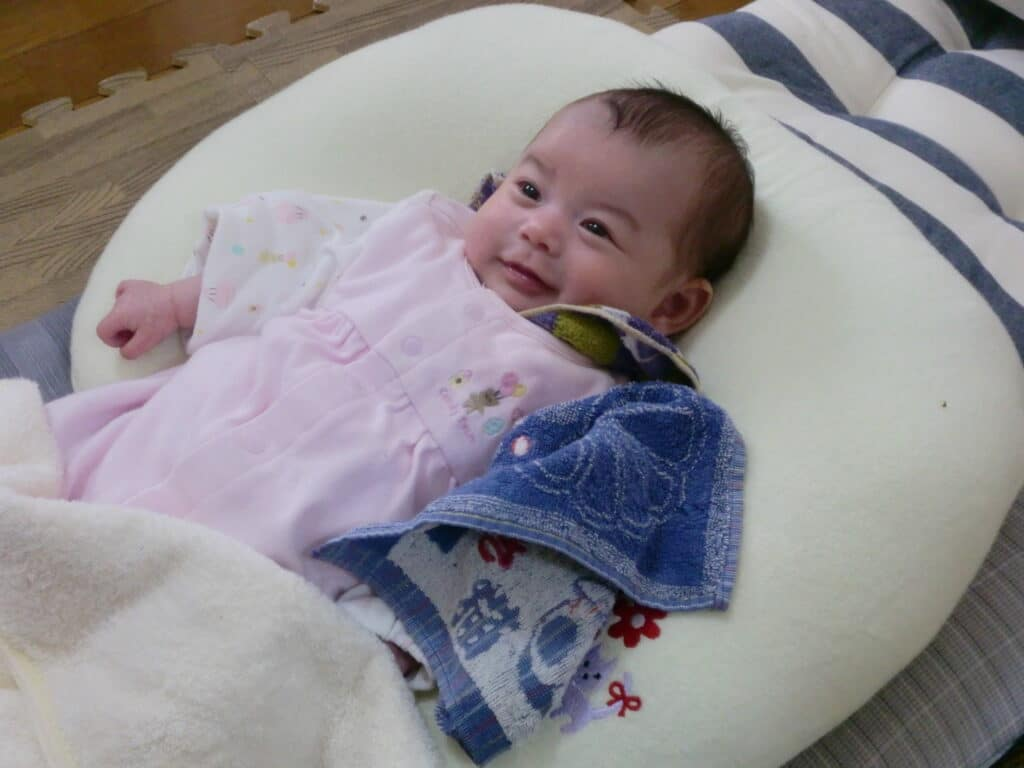 嬉しそうに笑う赤ちゃん