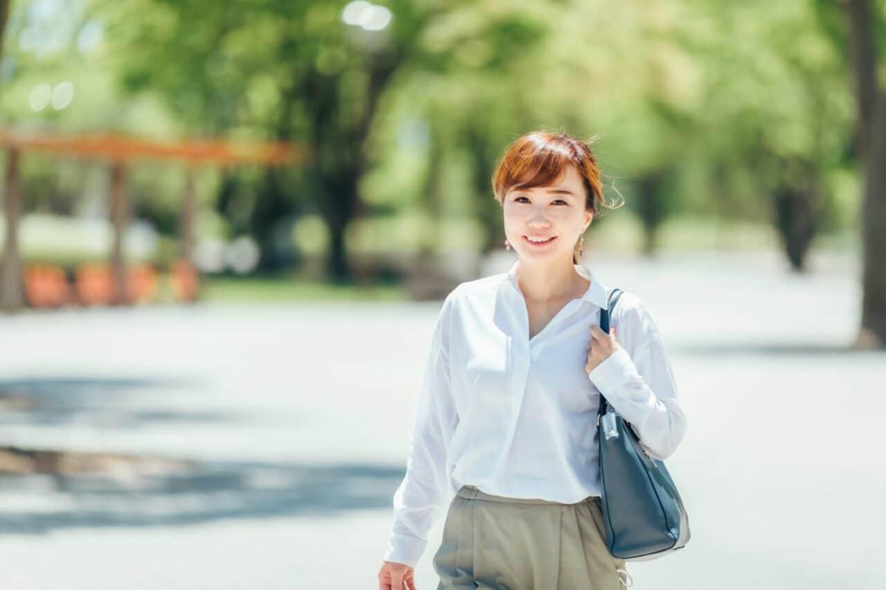 公園をあるくビジネス女性