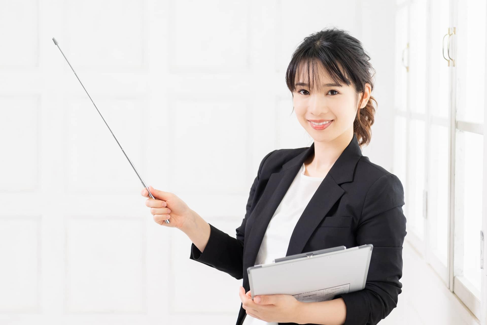 指示棒を持つ女性