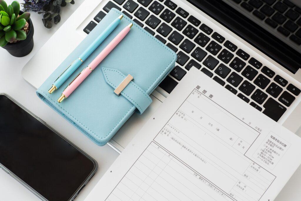 手帳、ノートパソコン、履歴書