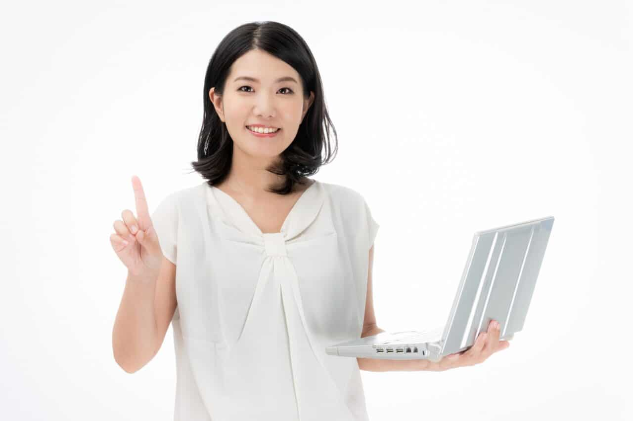 ノートパソコンを持った女性