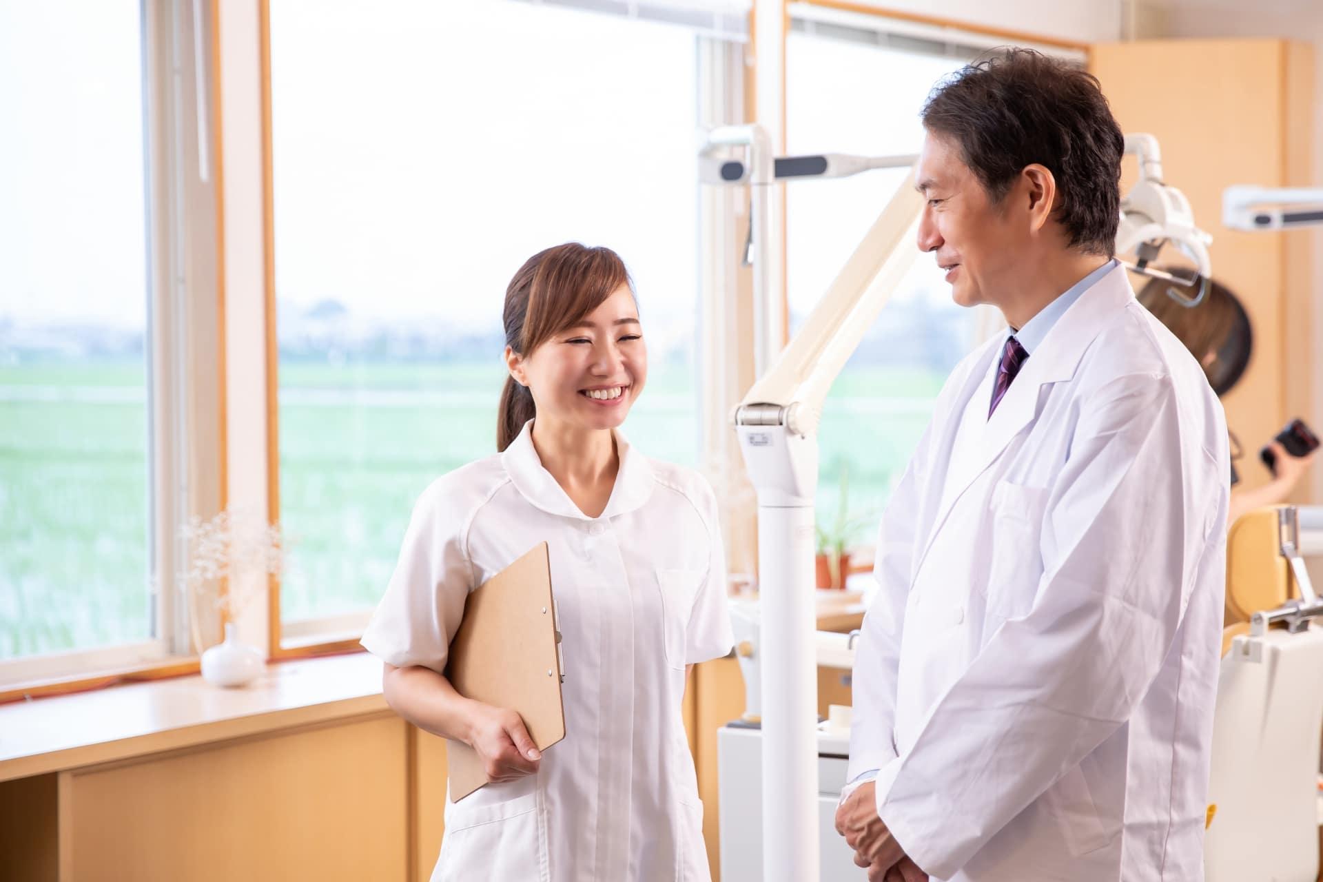医師と話す事務の女性