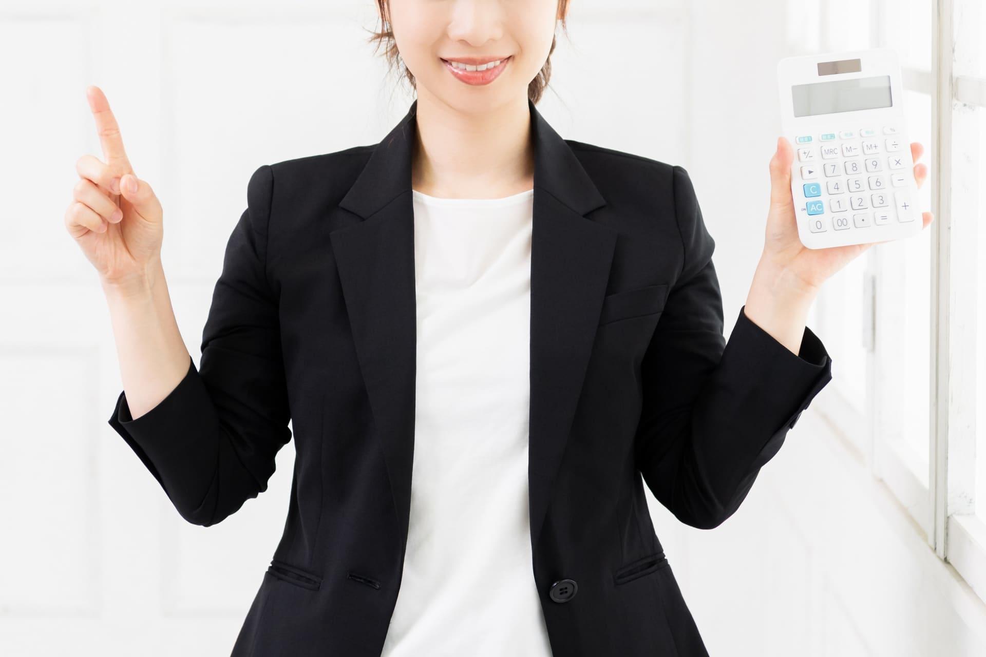 電卓を持つ女性の画像