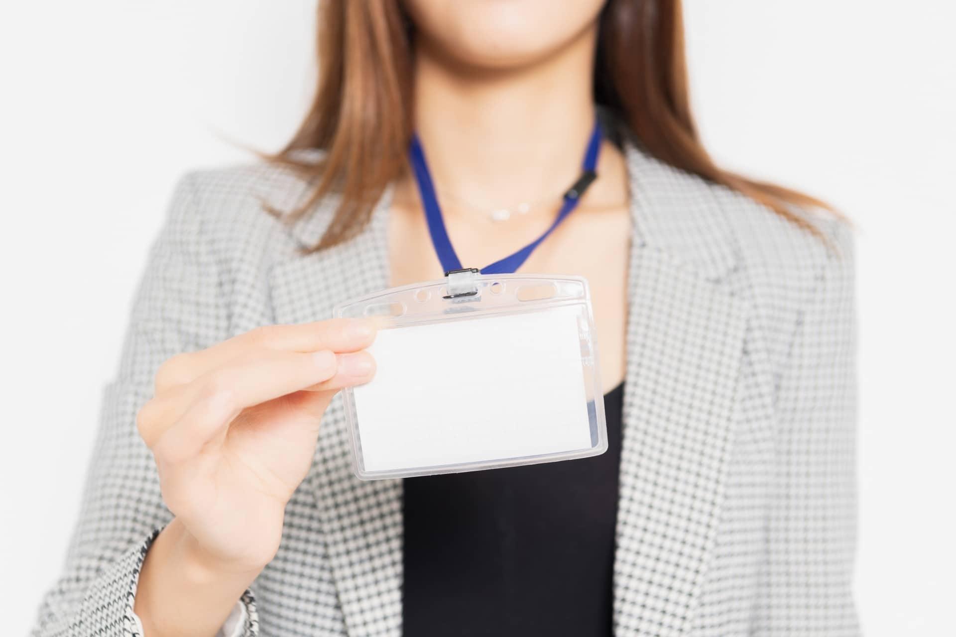 社員証を見せる女性