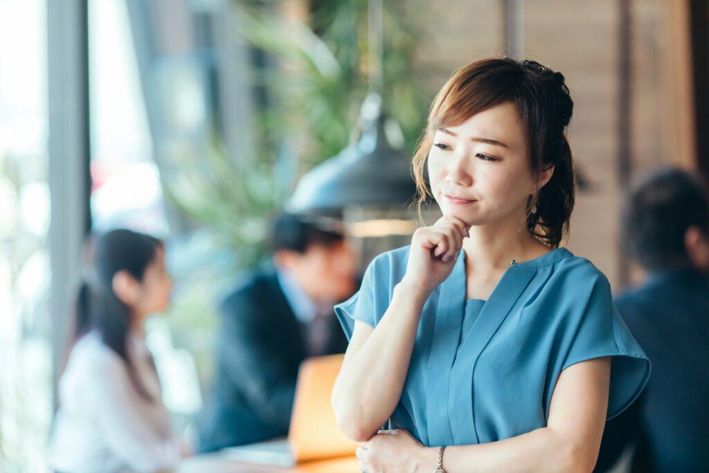 オフィス、考える女性