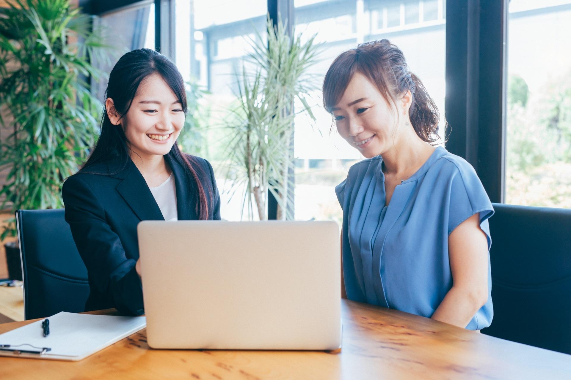 ノートパソコン、二人の女性