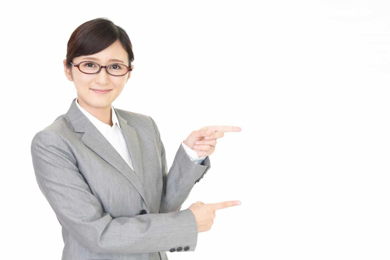 指示する笑顔のビジネス女性