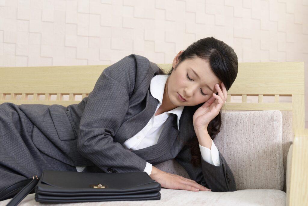 ソファ、横になる女性、スーツ