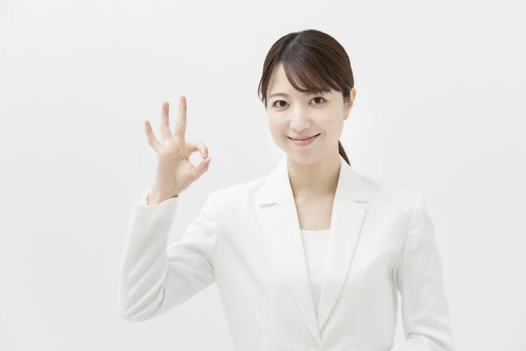 白スーツの女性