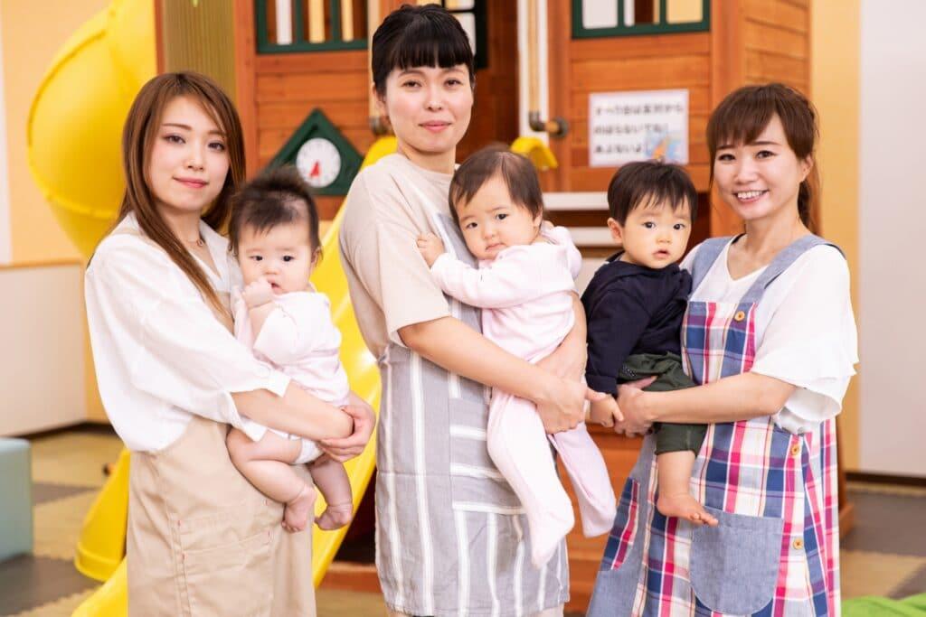 子供を抱える3人の女性