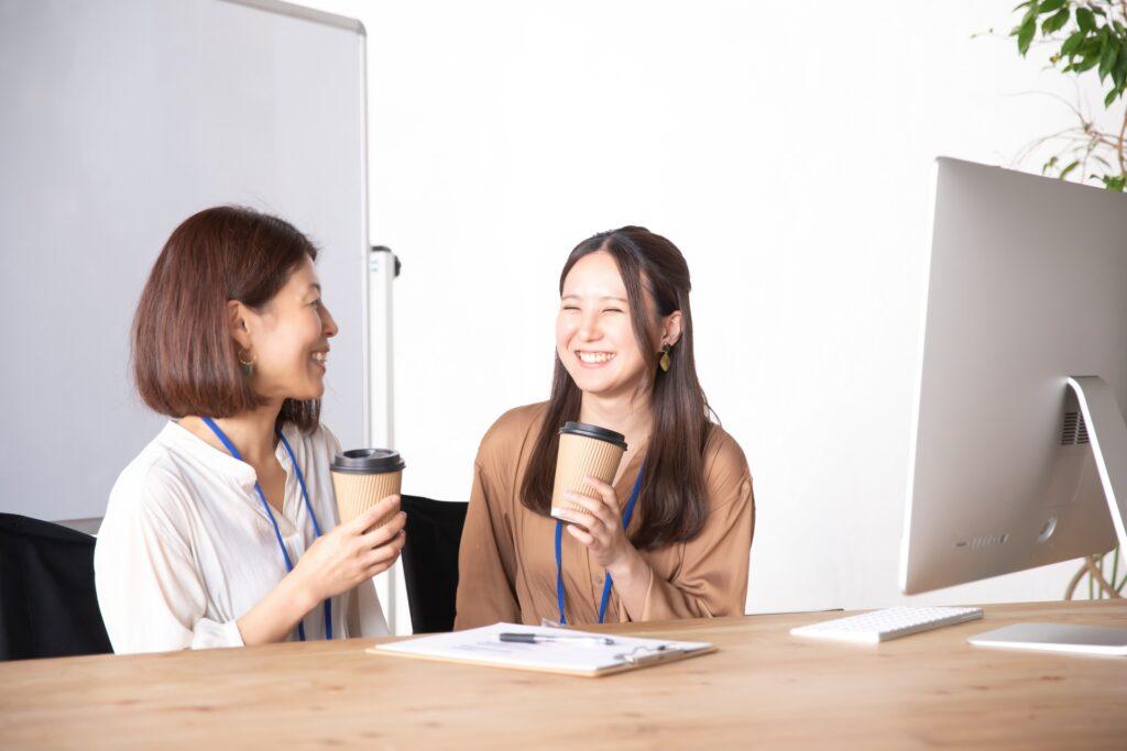 談笑する女性たち