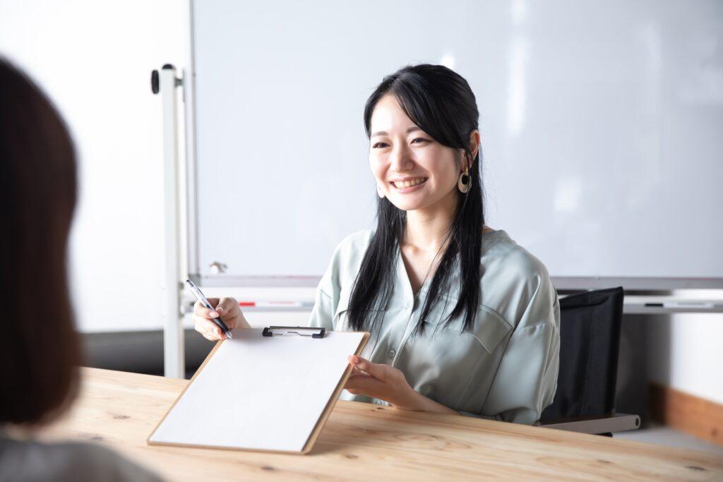 書類を持つ笑顔の女性