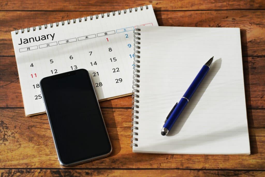 机のカレンダーとペン