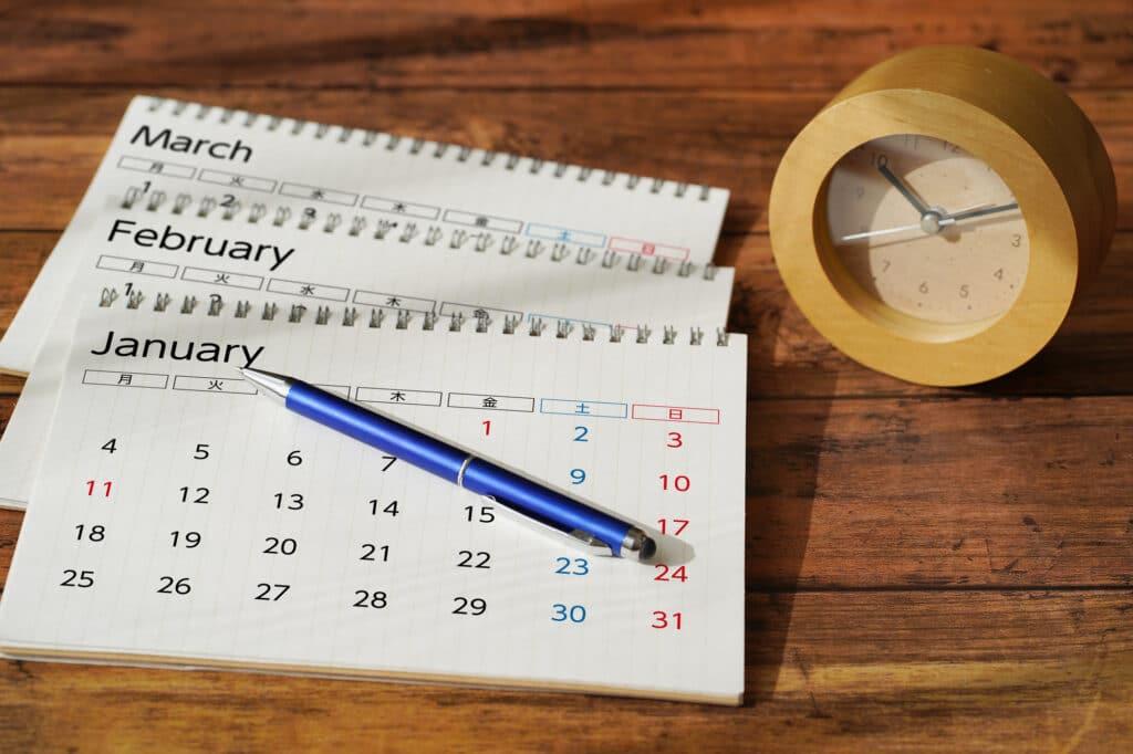机に置かれたカレンダー