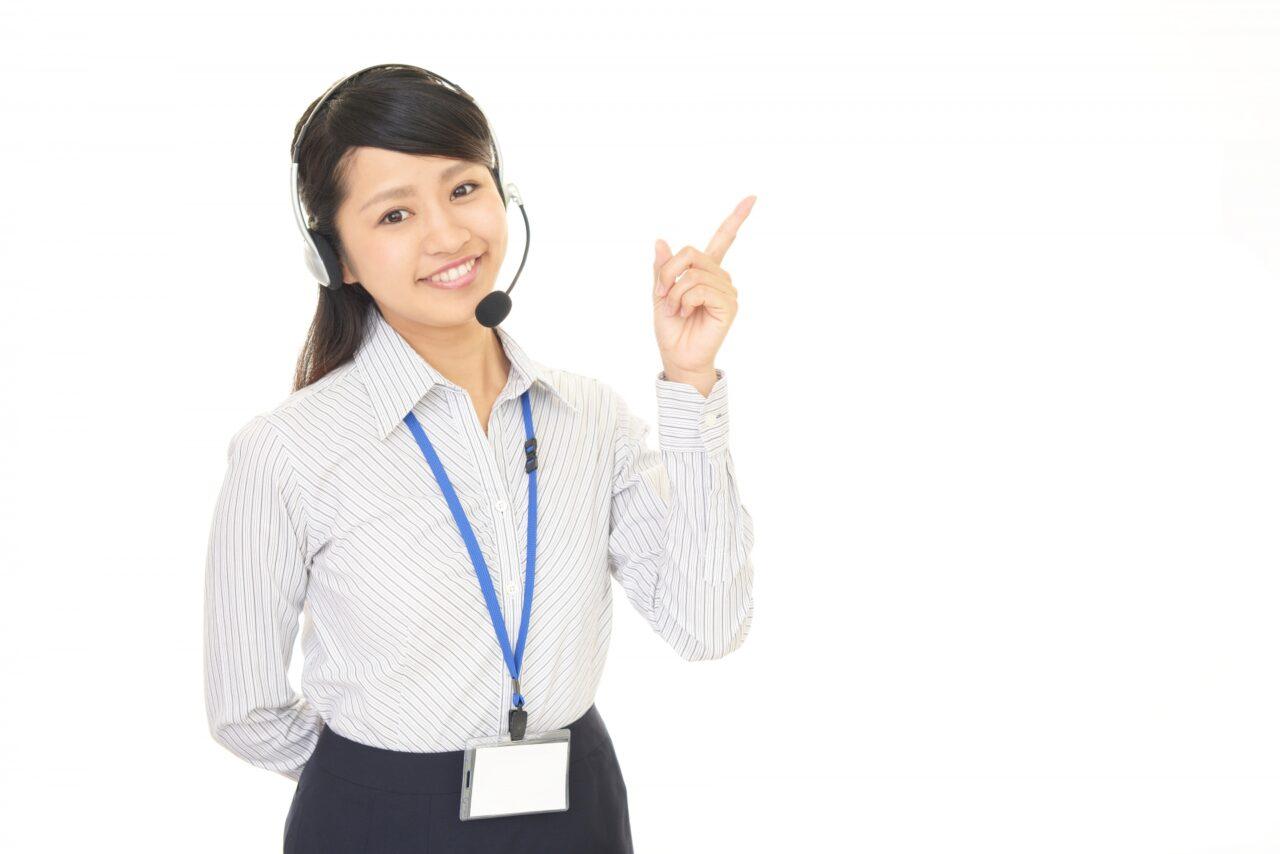 指さすコールセンター女性
