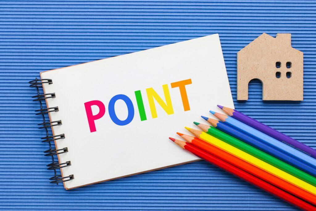 ポイントの文字、色鉛筆、家の模型