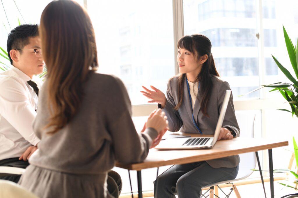 座って商談する女性