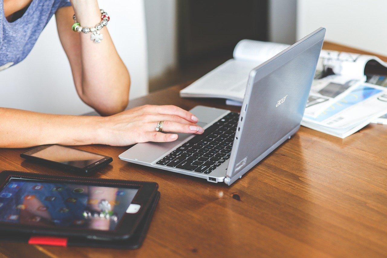パソコンで調べる女性