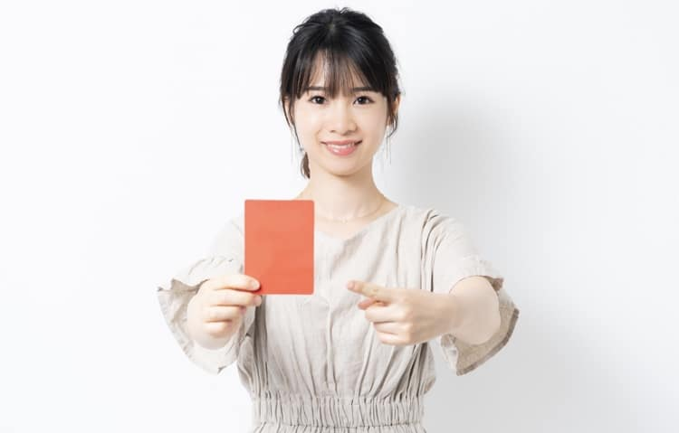 レッドカードを持つ女性