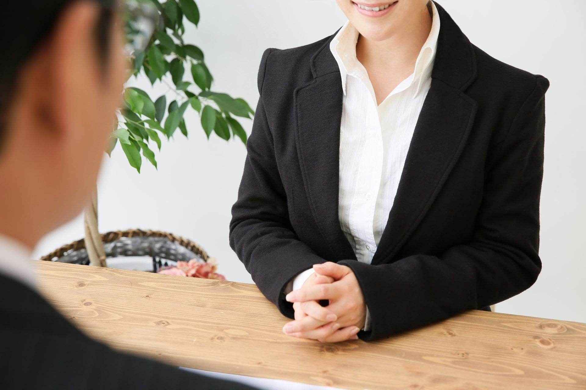 笑顔の女性、スーツ