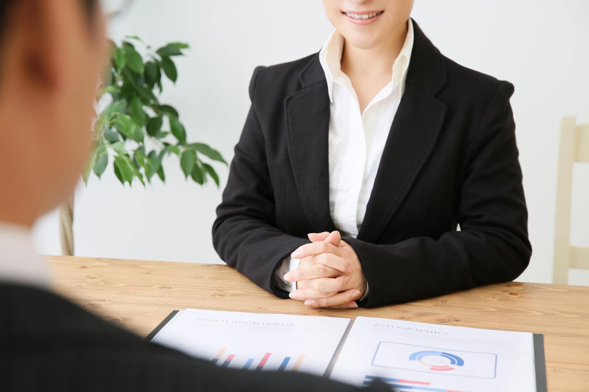 面接を受ける女性の画像