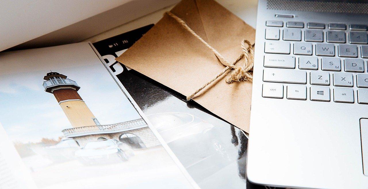 封書とパソコンの画像