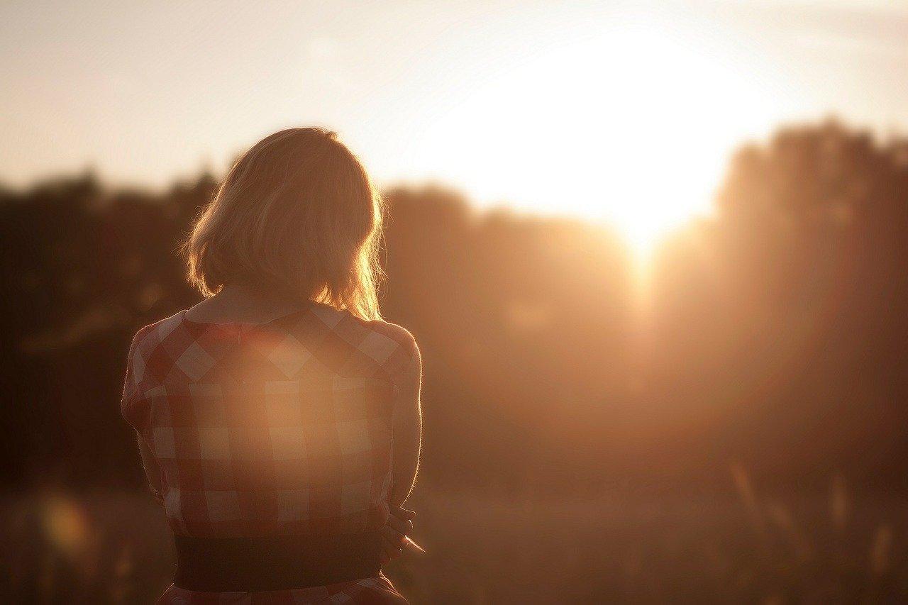 夕日の中の女性の画像