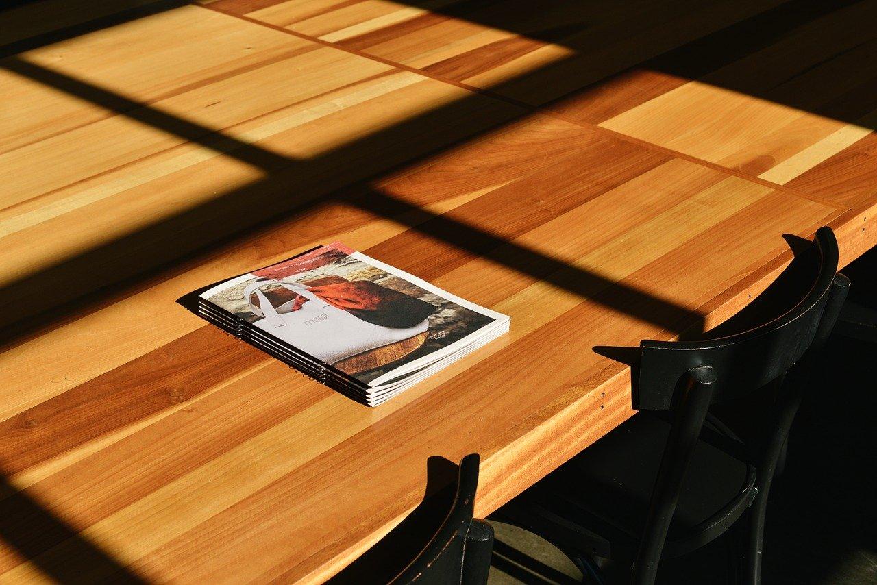 テーブルの上のパンフの画像