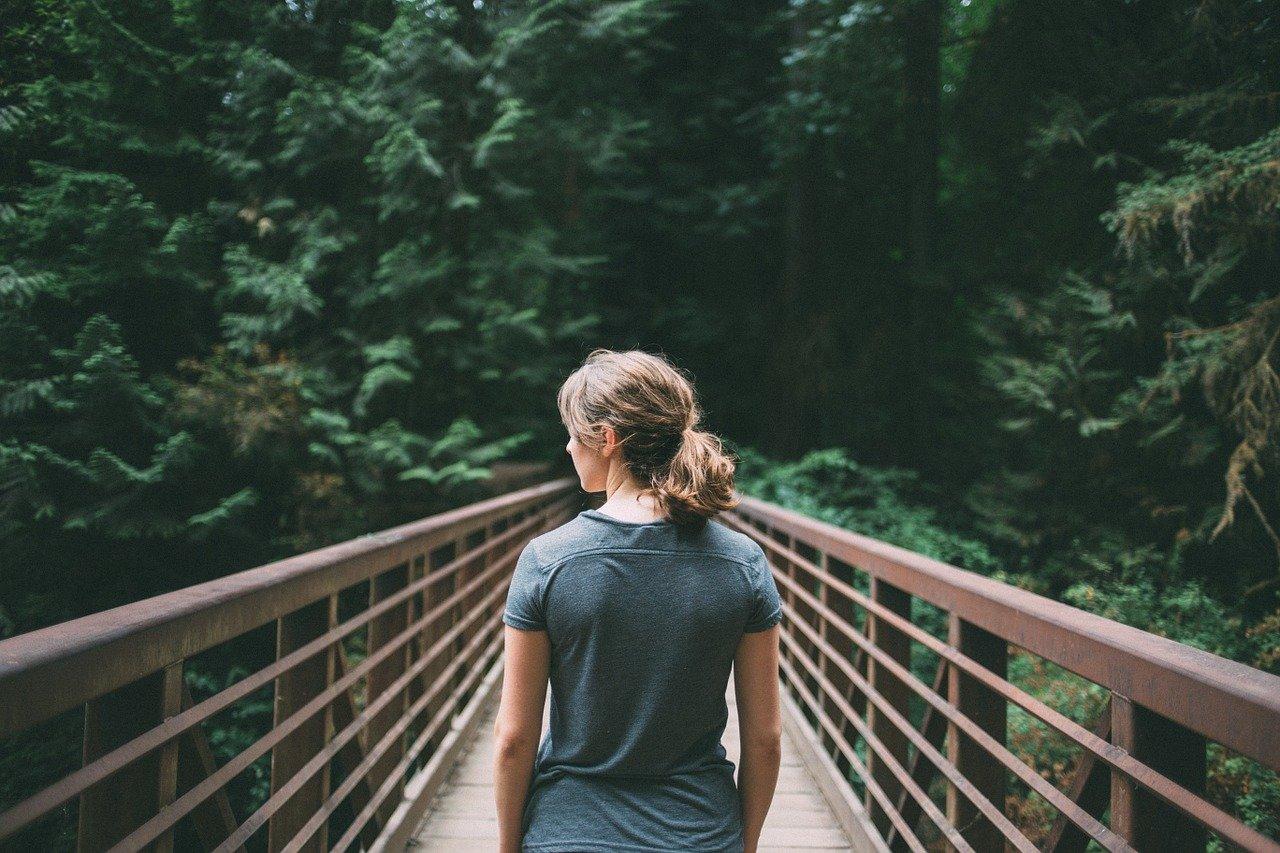 橋の上の女性の画像