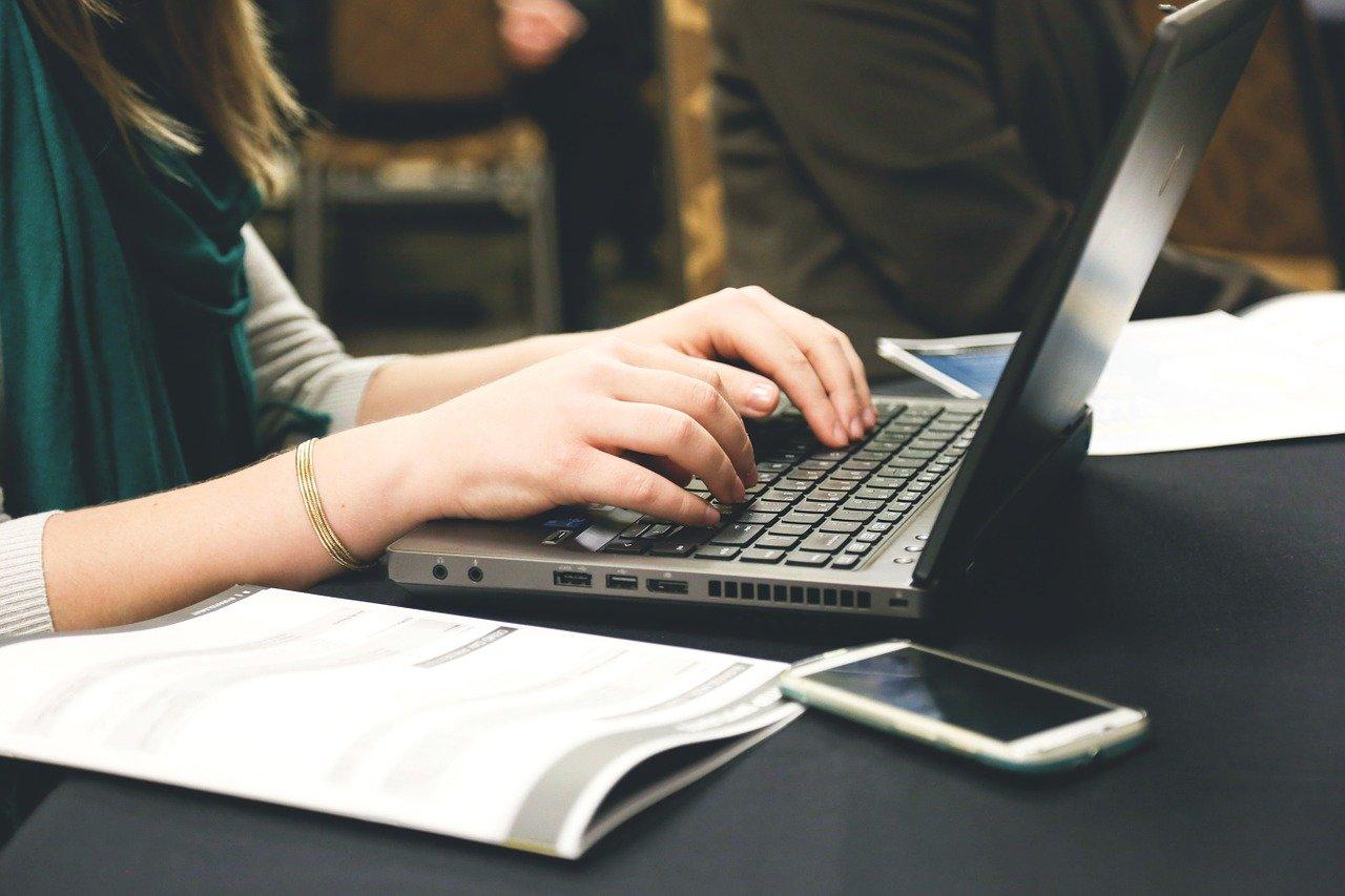 ノートPCで仕事をする人