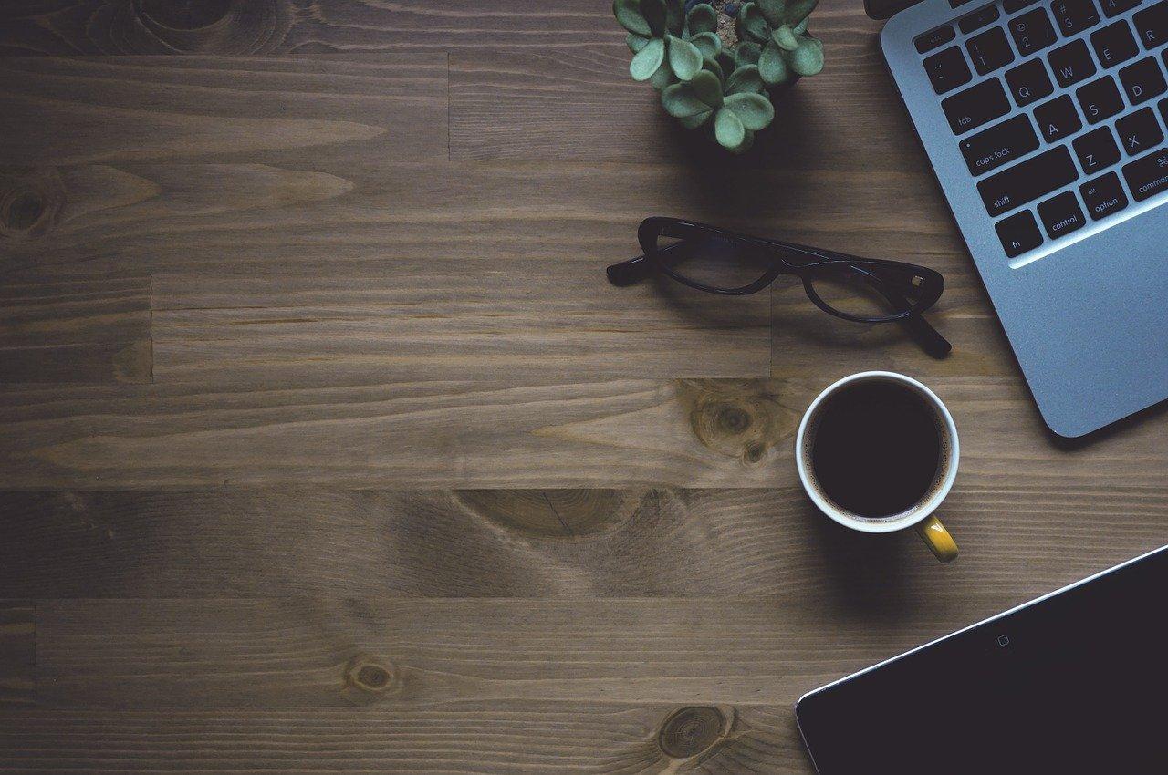 コーヒーとパソコンの画像